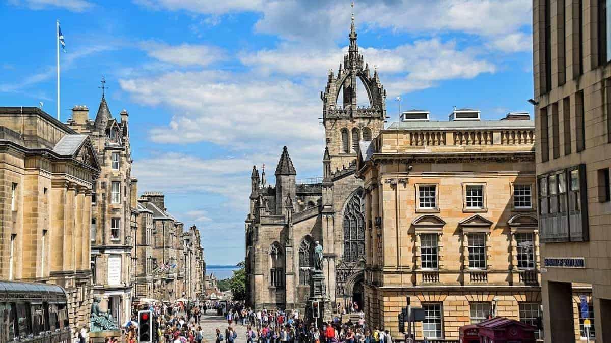 Guide to Edinburghs Festivals - view down the Royal Mile